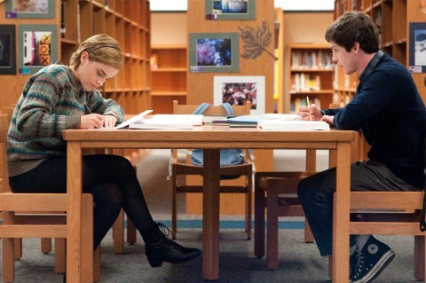 Emma Watson e Logan Lerman studiano in una scena di The Perks of Being A Wallflower