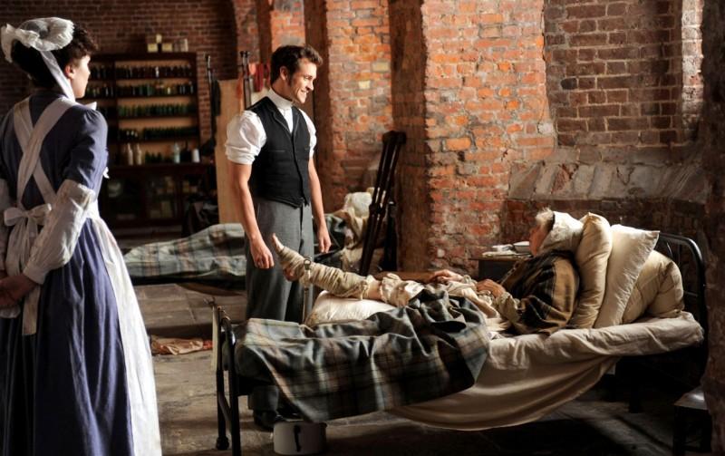 Hugh Dancy in una scena tratta dal film Hysteria