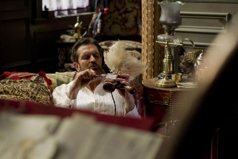 Hysteria: Rupert Everett in una geometrica inquadratura tratta dal film