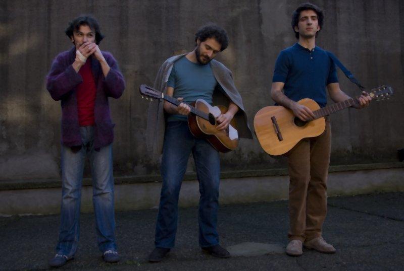 I primi della lista: Paolo Cioni, Claudio Santamaria e Francesco Turbanti in una scena musicale del film