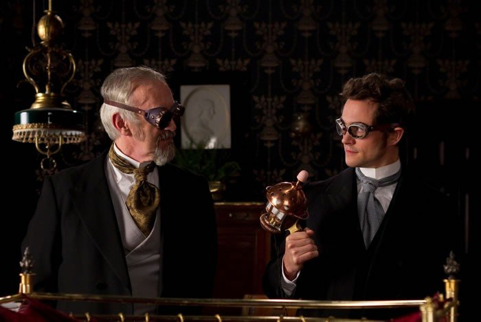 Jonathan Pryce e Hugh Dancy in una bizzarra scena di Hysteria