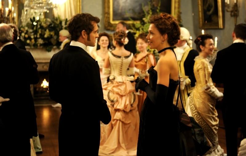 Maggie Gyllenhaal e Hugh Dancy elegantissimi in una scena di Hysteria