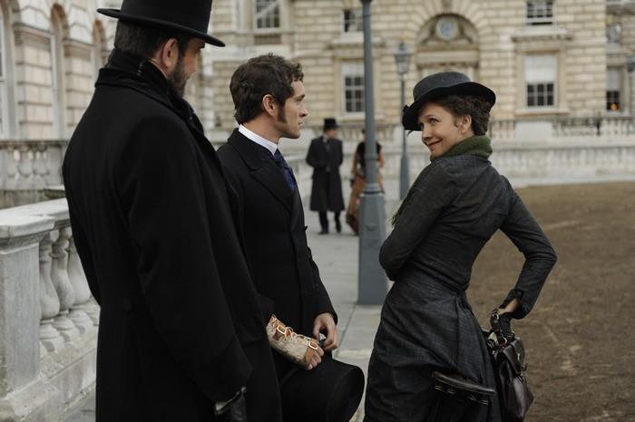 Maggie Gyllenhaal insieme a Hugh Dancy e Rupert Everett in una scena di Hysteria