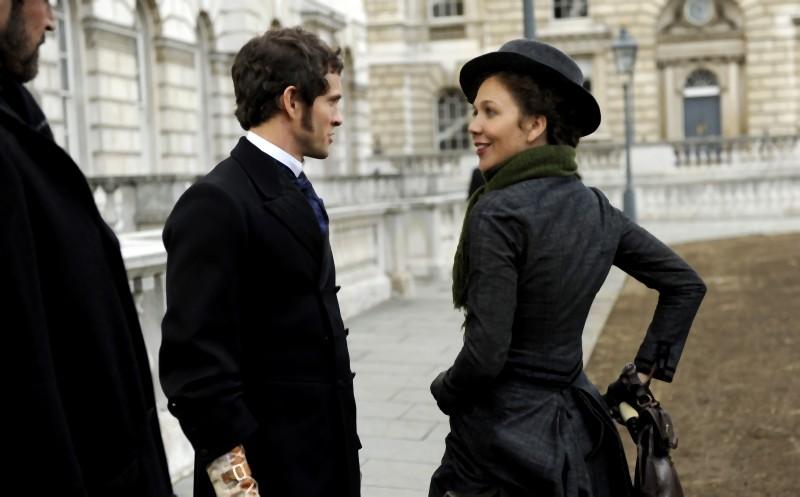Maggie Gyllenhaal insieme a Hugh Dancy in un'immagine di Hysteria