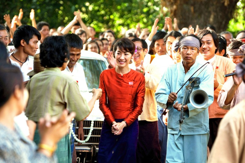Michelle Yeoh acclamata dalla folla in una scena di The Lady di Luc Besson