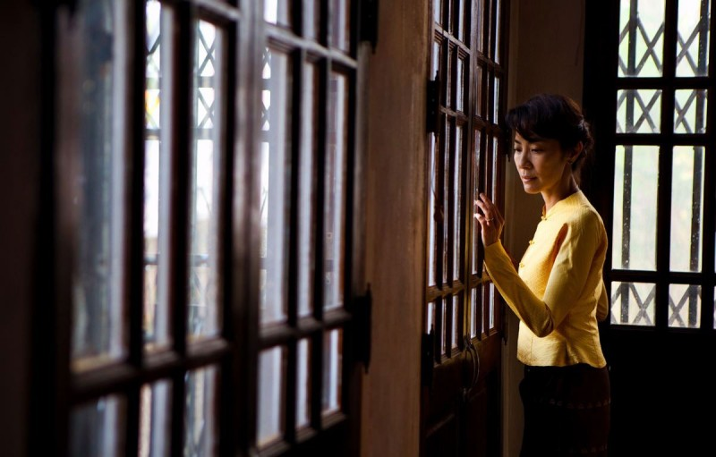 Michelle Yeoh nei panni di Aung San Suu Kyi dietro le sbarre in una scena del film The Lady