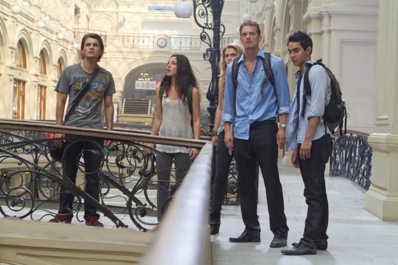 Olivia Thirlby, Emile Hirsch, Rachel Taylor, Max Minghella e Joel Kinnaman in una sequenza de L'ora nera