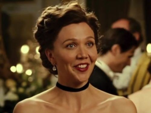 Un bel primo piano di Maggie Gyllenhaal tratto dal film Hysteria