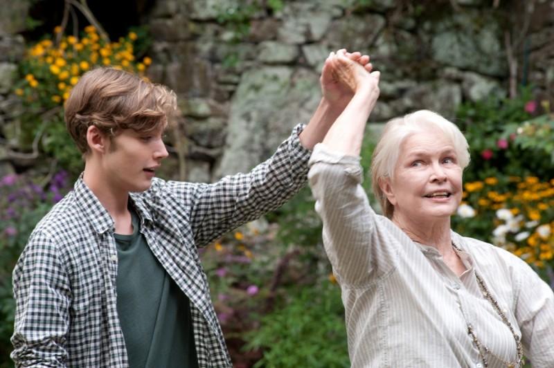 Un giorno questo dolore ti sarà utile: Toby Regbo e Ellen Burstyn in una scena del film