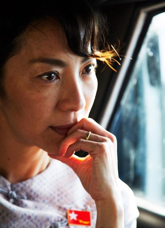 Una splendida Michelle Yeoh nei panni della pacifista Aung San Suu Kyi nella biopic The Lady