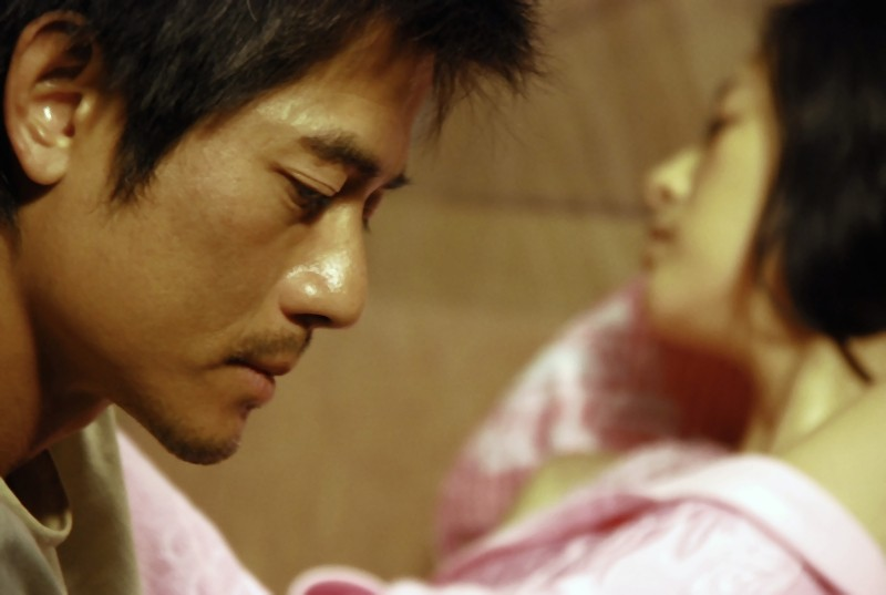 Aaron Kwok in un'immagine del film Love for life insieme a Ziyi Zhang