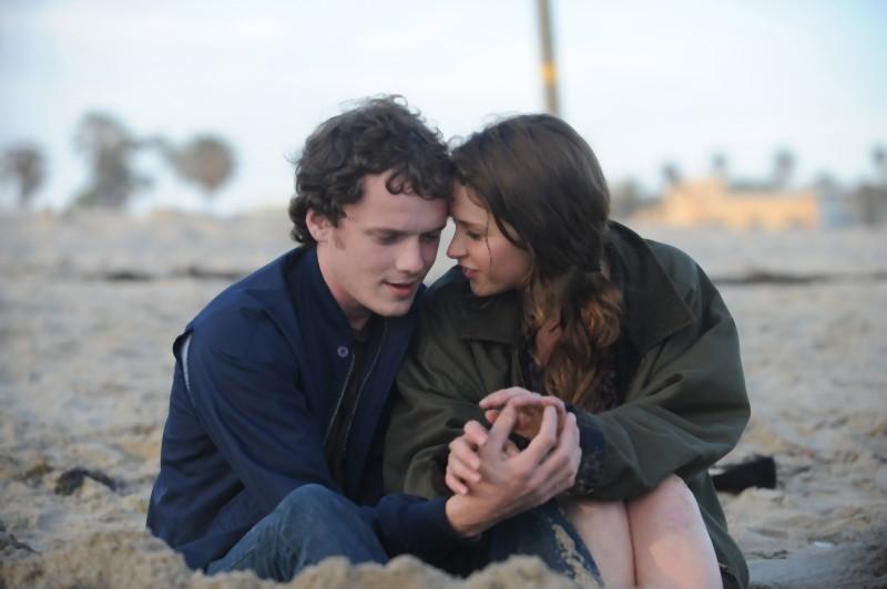 Anton Yelchin e Felicity Jones in una romantica scena del film Like Crazy