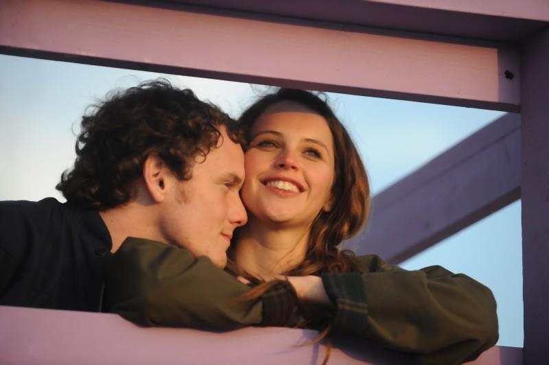 Anton Yelchin e Felicity Jones in una tenera immagine tratta dal dramma romantico Like Crazy