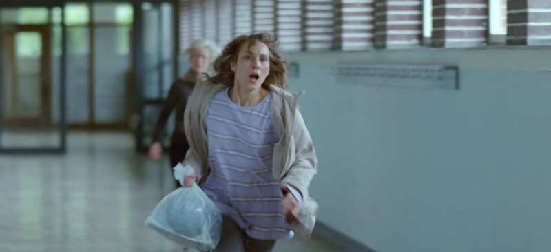 Babycall: Noomi Rapace nei panni di Anna in una scena nei corridoi della scuola