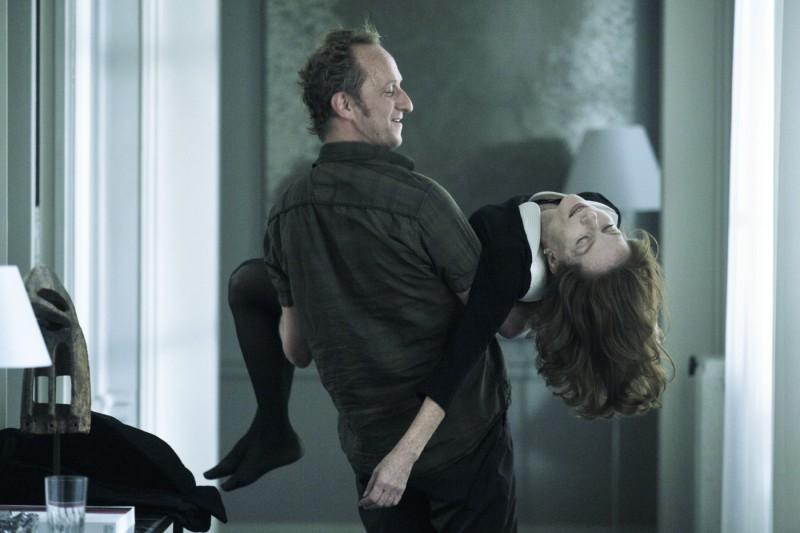 Benoît Poelvoorde con in braccio Isabelle Huppert in una scena di Mon pire cauchemar