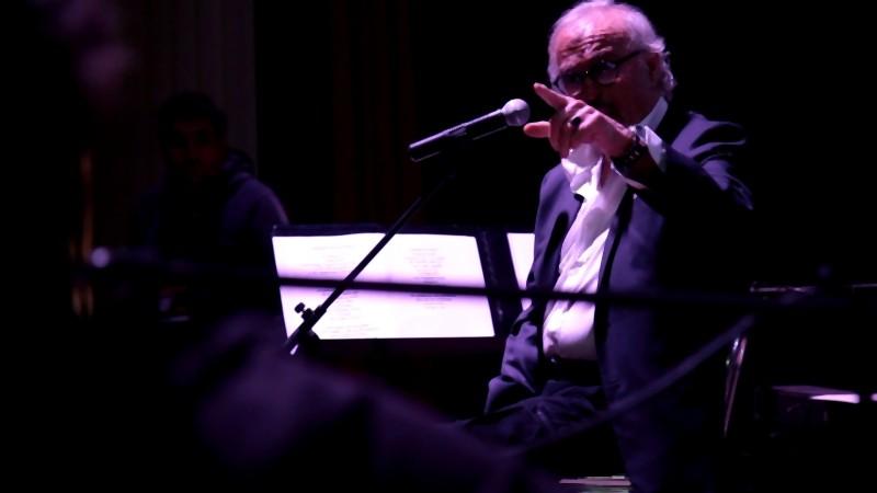 Franco Califano durante le prove del concerto al teatro Ambra Jovinelli in una scena del documentario Noi di settembre