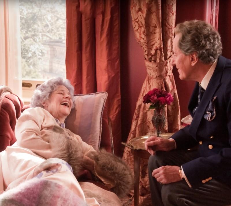 Geoffrey Rush e Charlotte Rampling in una scena del dramma The eye of the storm