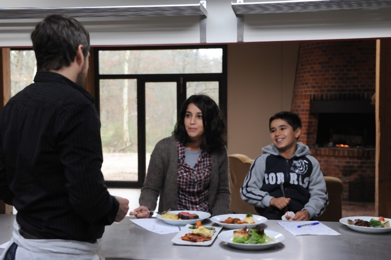 Guillame Canet in una scena tratta da Une vie meilleure insieme a Leïla Bekhti