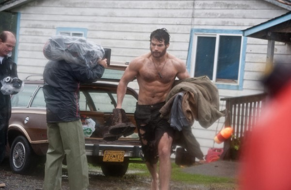 Henry Cavill circondato dalla troupe di Superman: Man of Steel