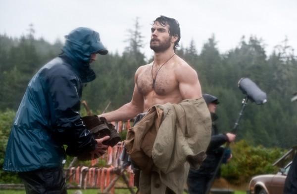 Henry Cavill si prepara a recitare una scena sul set di Superman: Man of Steel