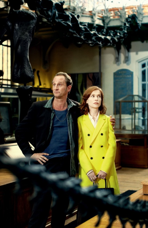 Isabelle Huppert insieme a Benoît Poelvoorde in una scena della commedia Mon pire cauchemar