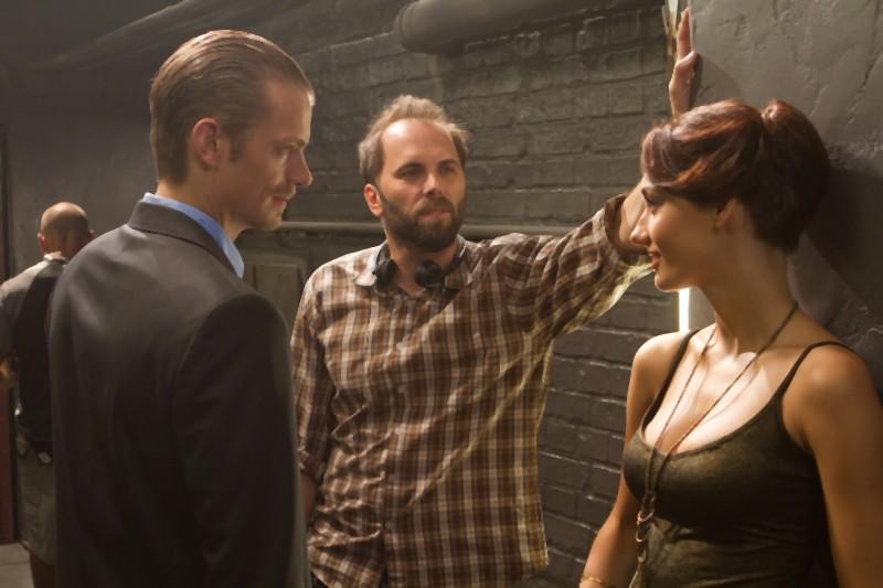 Joel Kinnaman insieme al regista Chris Gorak e a Elena Caruso sul set de L'ora nera 3D