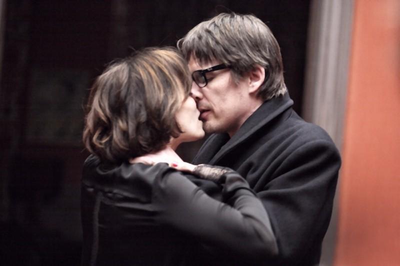 Kristin Scott Thomas in un bacio appassionato con Ethan Hawke in una scena di The Woman in the Fifth