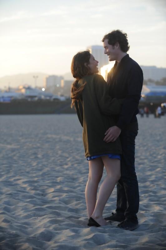 Like Crazy: Anton Yelchin e Felicity Jones in una romantica scena del film