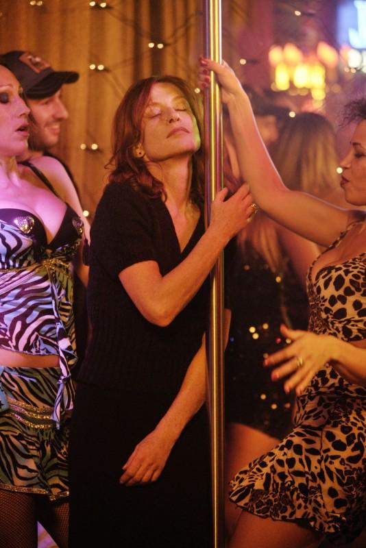Mon pire cauchemar: Isabelle Huppert alle prese con la lap dance in una scena del film