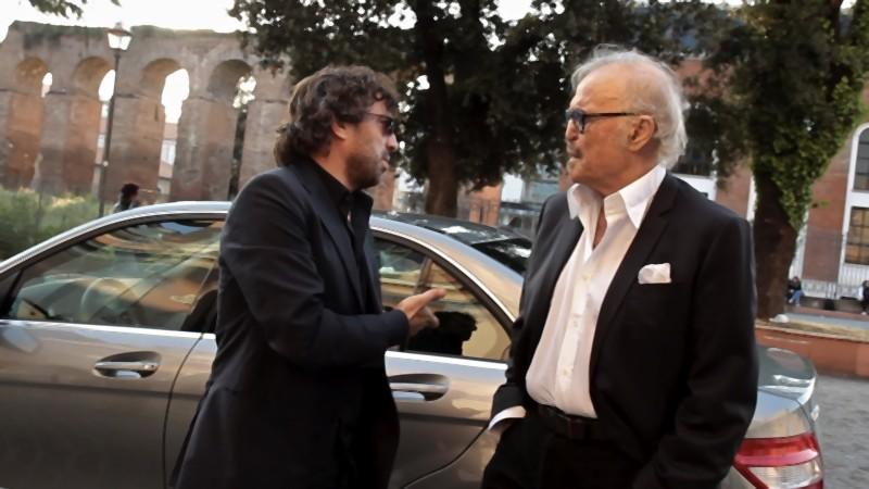 Il regista Stefano Veneruso insieme a Franco Califano sul set del documentario Noi di settembre fuori dal teatro Ambra Jovinelli