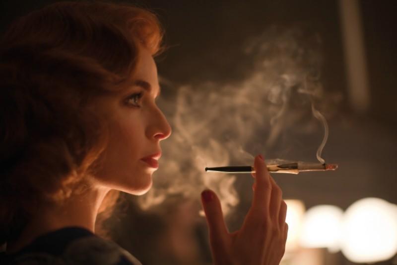 Thekla Reuten è una seducente Frida von Oorten in una scena di Hotel Lux