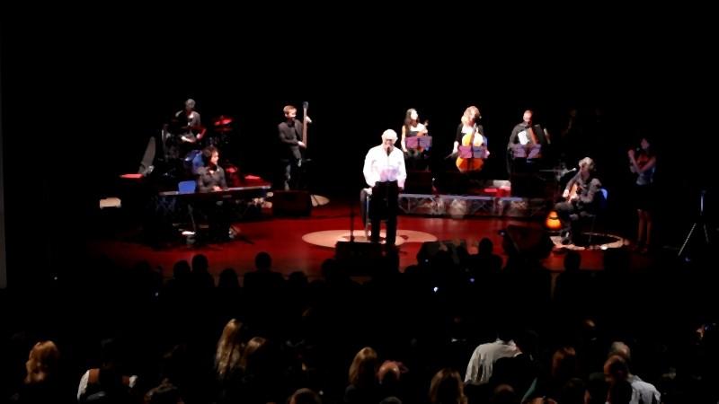Un'immagine del concerto di Califano al teatro Ambra Jovinelli tratta dal documentario Noi di settembre