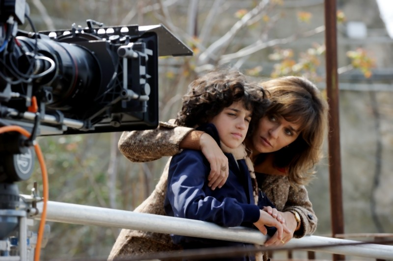 Valeria Golino insieme al piccolo Luigi Catani sul set de La kryptonite nella borsa di Ivan Cotroneo