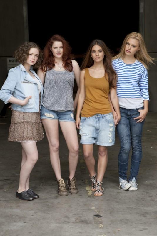 Ashleigh Cummings, Rachel Hurd-Wood, Caitlin Stasey e Phoebe Tonkin in una foto promozionale del film The Tomorrow Series: il domani che verrà