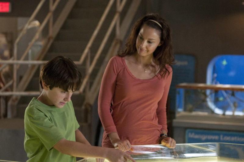 Ashley Judd insieme al piccolo Nathan Gamble in una scena di L'incredibile storia di Winter il delfino