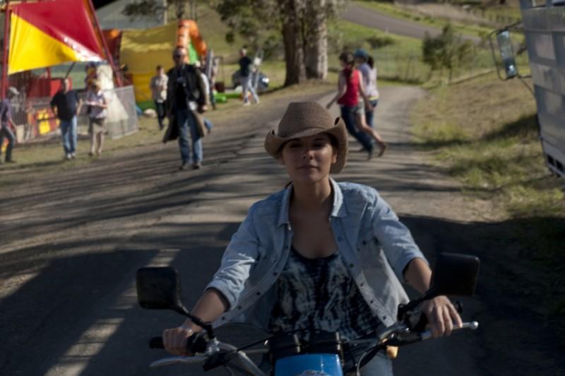 Caitlin Stasey in motocicletta in una scena di The Tomorrow Series: il domani che verrà