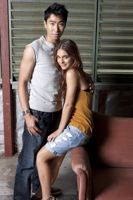 Chris Pang insieme a Caitlin Stasey posano in una foto promozionale del film The Tomorrow Series: il domani che verrà