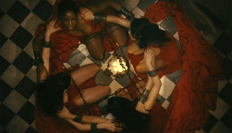 Freida Pinto in una bellissima inquadratura dall'alto tratta dal film Immortals 3D