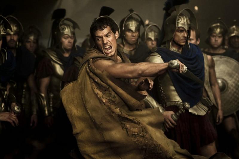 Henry Cavill in una scena d'azione tratta dal film epico Immortals 3D