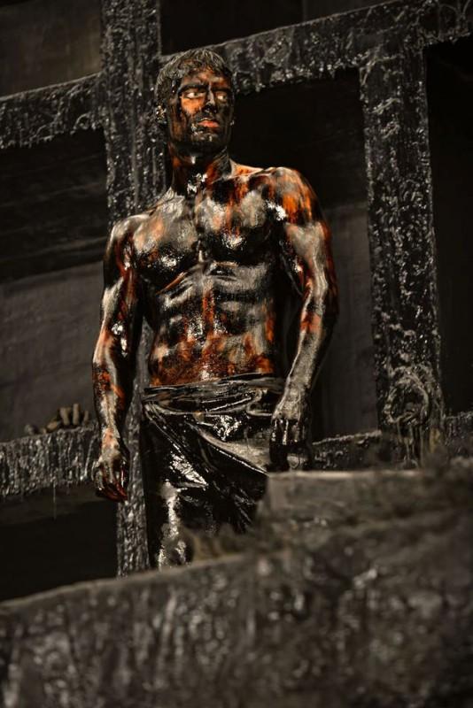 Henry Cavill in una suggestiva immagine tratta da Immortals 3D