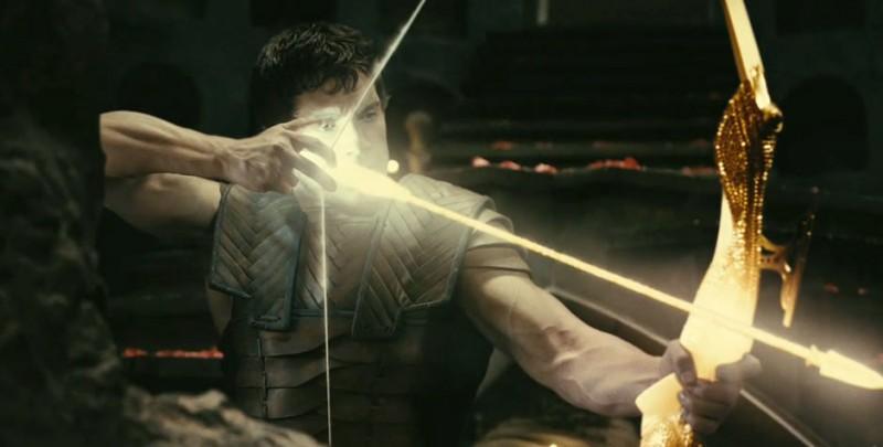 Henry Cavill tende il suo potente arco in una scena di Immortals 3D