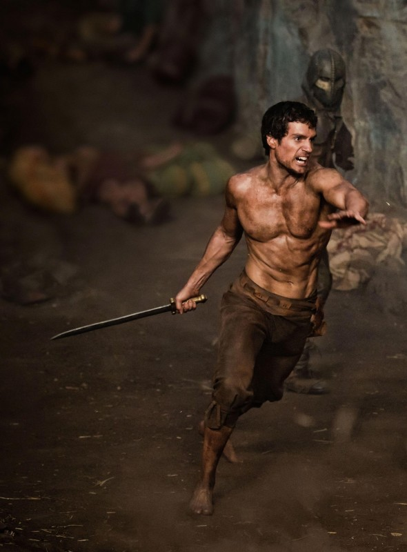 Immortals 3D: Henry Cavill protagonista di in una scena d'azione del film