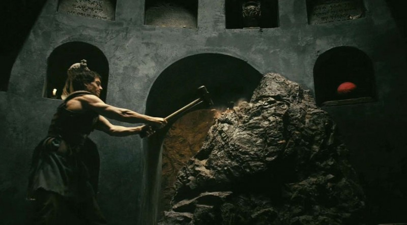 Immortals 3D: Henry Cavill spacca una roccia in una scena d'azione del film