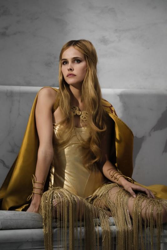 Isabel Lucas nei panni di Atena in un'immagine di Immortals 3D