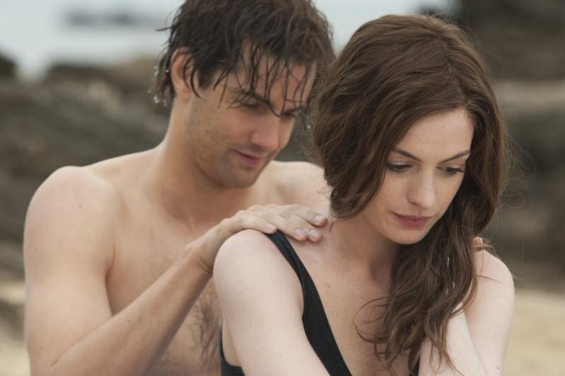 Jim Sturgess accarezza dolcemente Anne Hathaway in una scena del film One Day