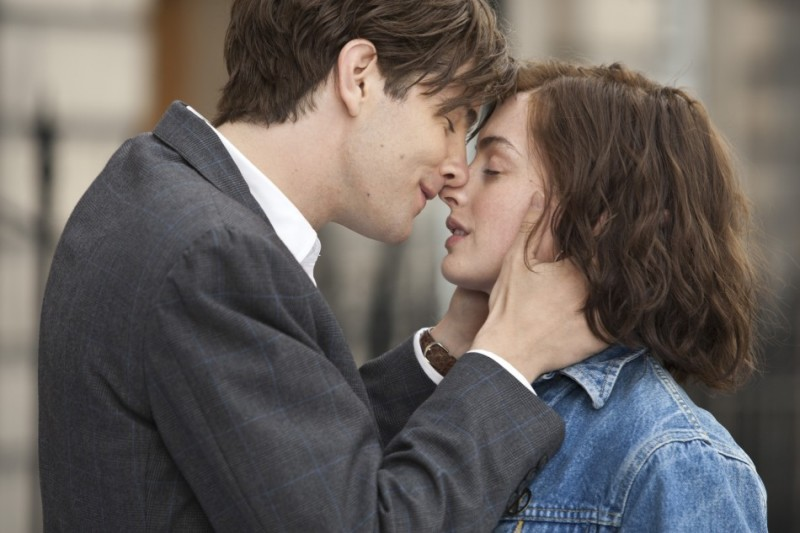 Jim Sturgess e Anne Hathaway si baciano teneramente in una scena di One Day