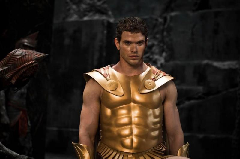 Kellan Lutz con indosso l'armatura in una scena del film epico Immortals 3D
