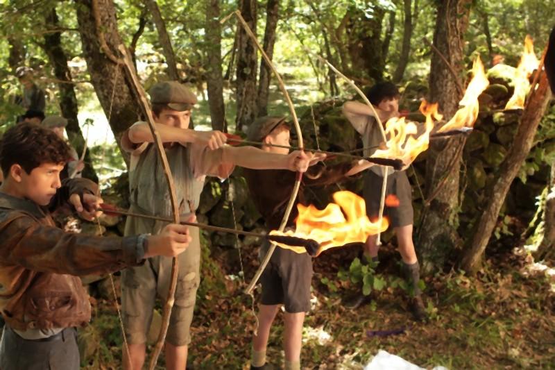 La nouvelle guerre des boutons, i giovani protagonisti del film in una scena nel bosco