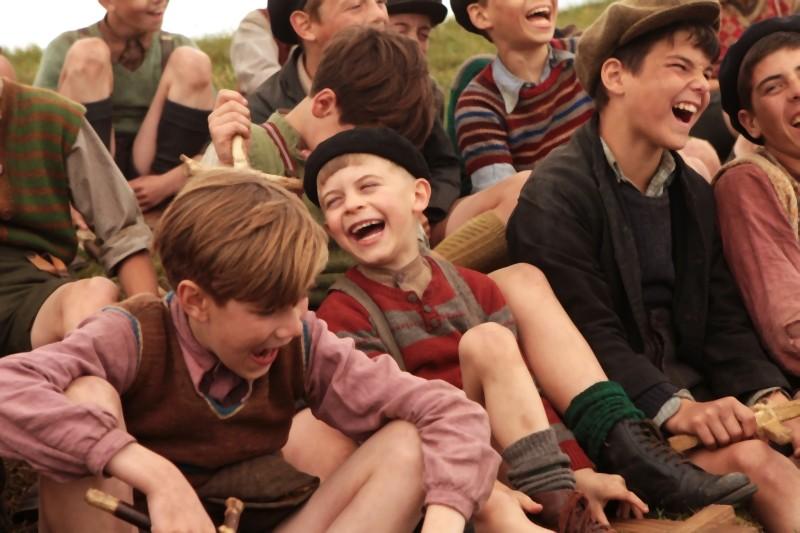 La nouvelle guerre des boutons, i giovani protagonisti ridono in una scena del film