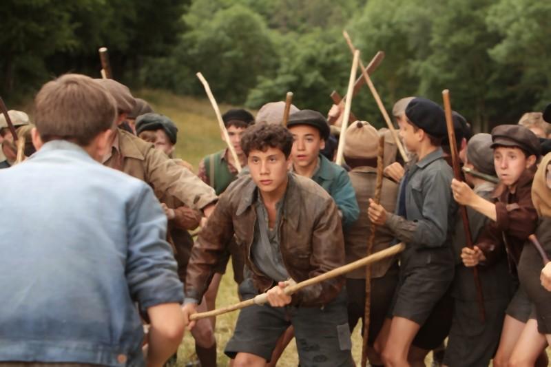 La nouvelle guerre des boutons, i giovani protagonisti si affrontano a viso aperto in una scena del film